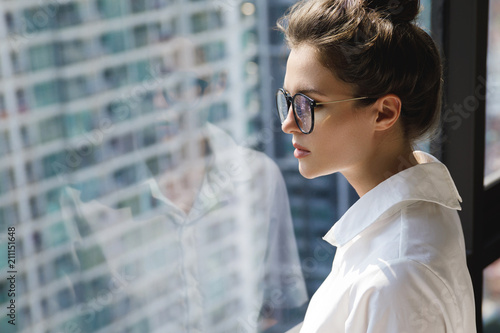 Papiers peints Kiev Young businesswoman in her office in the modern building of big city