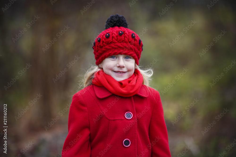 Das mädchen mit dem roten mantel