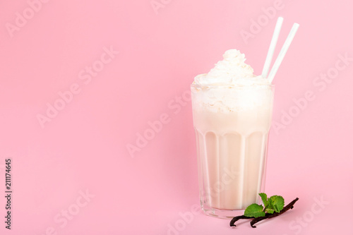 Photo sur Toile Lait, Milk-shake Glass with vanilla milk shake on color background