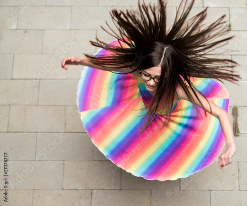 Fotografia girl in rainbow dress spinning