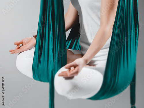 Photo Different inversion aerial yoga with a hammock