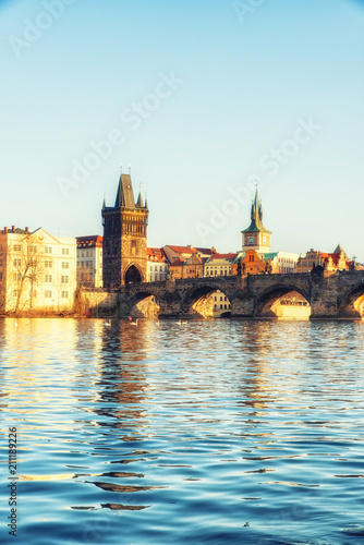 Photo View of the Vltava River and the Charles bridge shined with the sunset sun, Prag