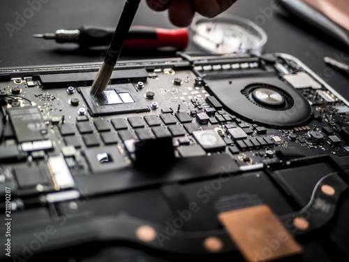 Cuadros en Lienzo close up macro brush working cleaning the broken laptop
