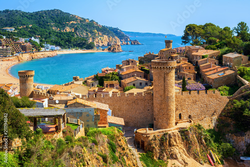 Fotografiet Tossa de Mar, sand beach and Old Town walls, Catalonia, Spain