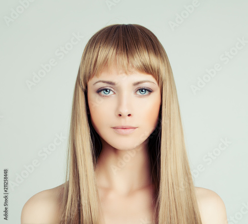 Photo  Young blonde woman fashion model with healthy hair, portrait
