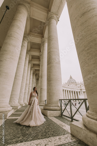 Photo Pretty young bride in wedding dress in the Vatican