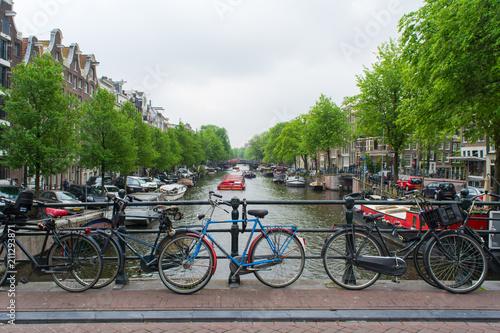Fototapeta Amsterdam amsterdam-holandia-widok-na-kanal-zeglugowy
