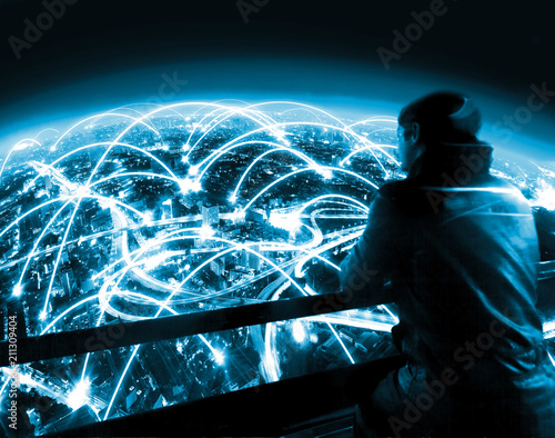 Papiers peints Kiev Hombre mirando al paisaje urbano por la noche y concepto de internet. Diseño futuristico de trabajo en red y globalización. Internet de las cosas y tecnología de la comunicación