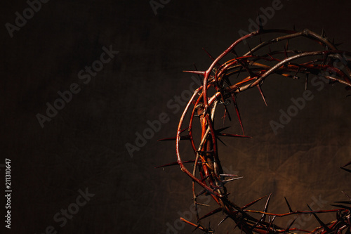 Fotografia Crown of thorns illuminated on a dark background