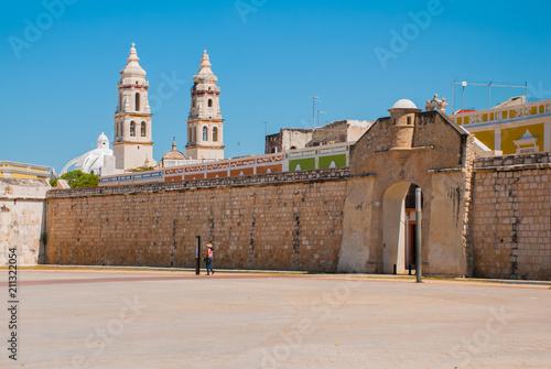 Cadres-photo bureau Amérique du Sud San Francisco de Campeche, Mexico: The sea gate or Bastion of the Puerta del Mar. Cathedral in Campeche on a blue sky background