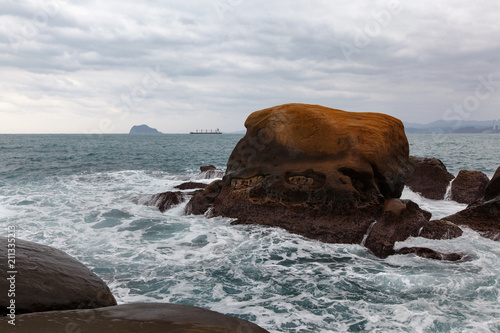 Foto op Aluminium Kust Skull Island - a rock formation off the coast of Taiwan which resembles a skull. Yehliu Geopark