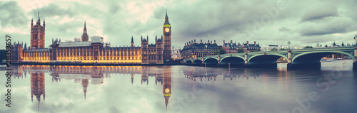 Poster de jardin Londres Panoramic view of Houses of Parliament, Big Ben and Westminster Bridge with reflection, London