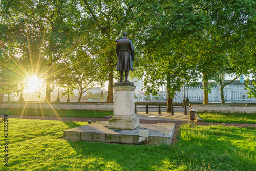 Fotografia Monument at Victoria Embankment street at sunrise in London, UK