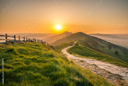 Foto auf Gartenposter Sonnenuntergang Sunrise at Mam Tor hill in Peak District