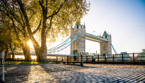 Montage in der Fensternische London Tower bridge at sunrise in autumn