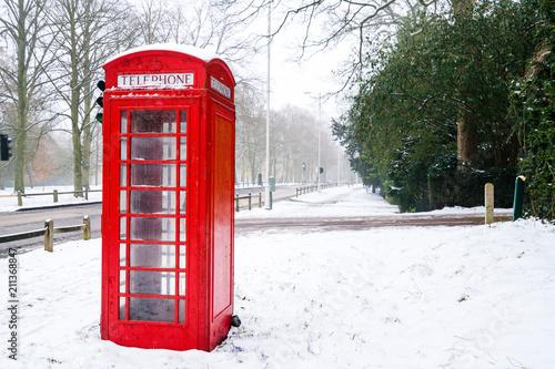 Papiers peints Rouge, noir, blanc Red Telephone box in winter
