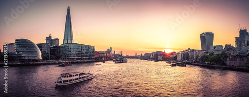Foto op Aluminium New York London Cityscape panorama at sunset, seen from Tower Bridge