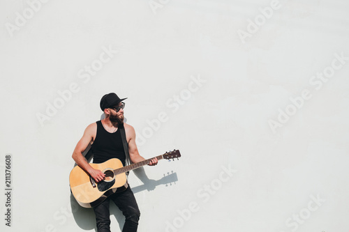 Tablou Canvas Guitar player singing outside