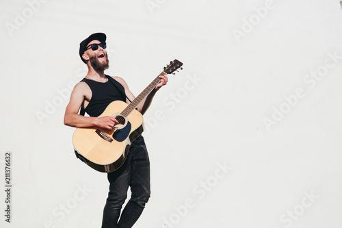 Obraz na plátně Guitar player singing outside