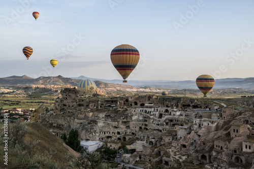 Poster Marron chocolat Hot Air Ballons Above the Ancient Cave City in Cappadocia