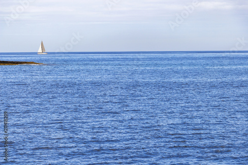 Photo  A sailing boat in the Maltese Mediterranean water of Marsamxett Harbor