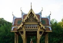 Frontalansicht Thailändischer Tempel In München Westpark