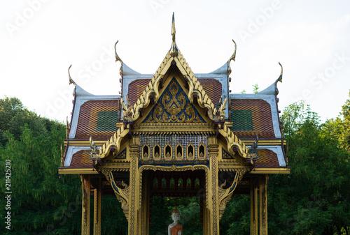 Spoed Foto op Canvas Bedehuis Frontalansicht thailändischer Tempel in München Westpark