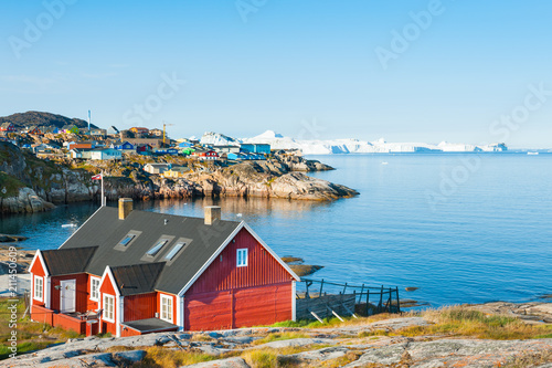Poster Poolcirkel Colorful houses on the shore of Atlantic ocean in Ilulissat, western Greenland