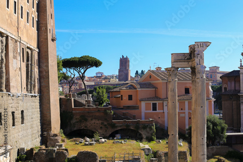 Foto  Antique columns and ruins in Rome, Italy