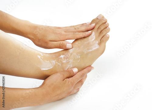 Fotografía  Junge Frau bei der Fußpflege