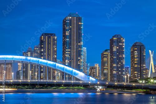 高層マンションと永代橋