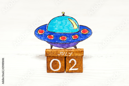 In de dag UFO Jule 2nd - World UFO Day on wooden calendar