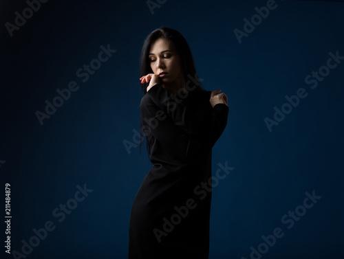Foto  Drastisches Porträt einer Frau in einem Mode-Modell auf einem blauen Hintergrund