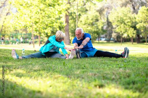 In de dag Kamperen Happy fit senior couple exercising in park.