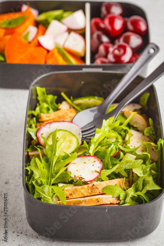 Montage in der Fensternische Sortiment Healthy meal prep containers with grilled chicken with salad, sweet potato, berries, fruits and vegetables, macro.