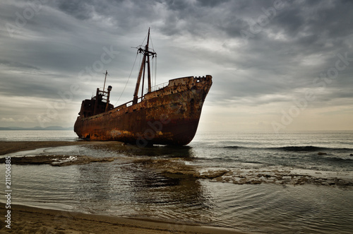 In de dag Schip Dimitrios is an old ship wrecked on the Greek coast and abandoned on the beach