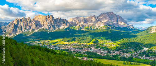 Photo  Panorama of Cortina d'Ampezzo with green meadows and alpine peaks on the background