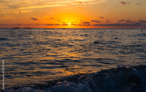 Spoed Foto op Canvas Zee zonsondergang Amazing sea sunset, the sun, waves, clouds