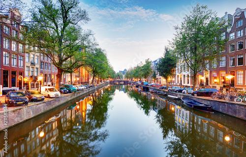 Fototapeta premium Kanał Amsterdam Singel z typowymi holenderskimi domami, Holandia, Holandia.