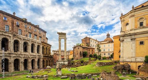 Zdjęcie XXL Theater of Marcellus (Teatro di Marcello) - antyczny teatr na wolnym powietrzu w Rzymie, Włochy. Rzymska architektura i punkt orientacyjny.