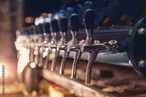 Foto auf Leinwand Bier / Apfelwein Beer tap in the row