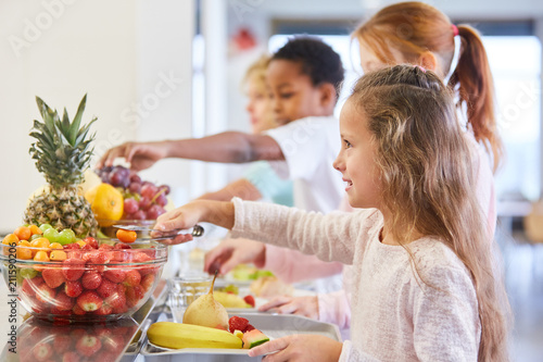 Kinder am Obst Büffet der Grundschule Canvas Print