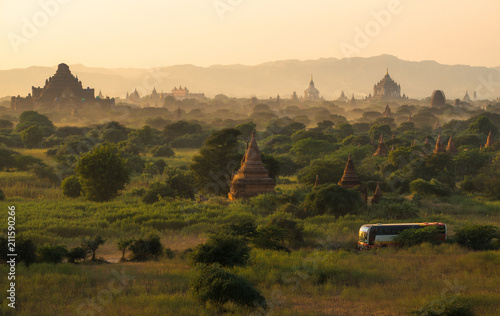 Photo  The spectacular landscape of Bagan land of the thousand pagoda in Myanmar during the sunset