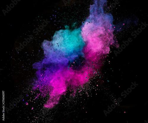 barwiony-prochowy-wybuch-odizolowywajacy-na-czarnym-tle