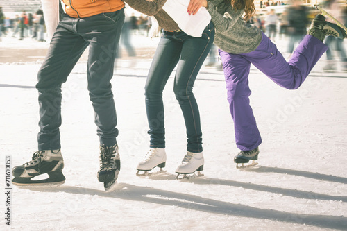 Cuadros en Lienzo Funny teenagers girls and boy skating outdoor, ice rink