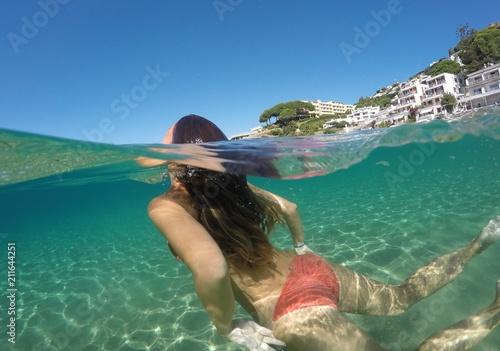 Fotografía  Foto de una chica mitad bajo el agua y mitad fuera (Half photo)