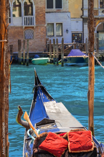 Foto op Plexiglas Venetie Traditional Venetian vintage boat gondola with rowing oar in retro forcola on Italy historical buildings and canal blue sky background summer sunny day