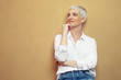 canvas print picture - blonde junge Frau steht an der Wand