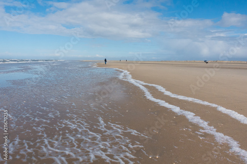 Spoed Foto op Canvas Noordzee Nordsee endloser Strand mit Wellen und Spaziergängern