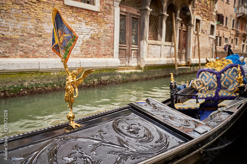 In de dag Gondolas Golden Figure with wings and Flag of Venice on Gondola in Venice